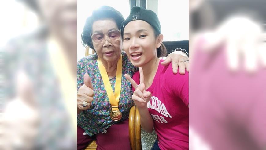 圖/翻攝自戴資穎/ Tai Tzu Ying臉書 與奶奶分享金牌榮耀 戴資穎:有你們真好