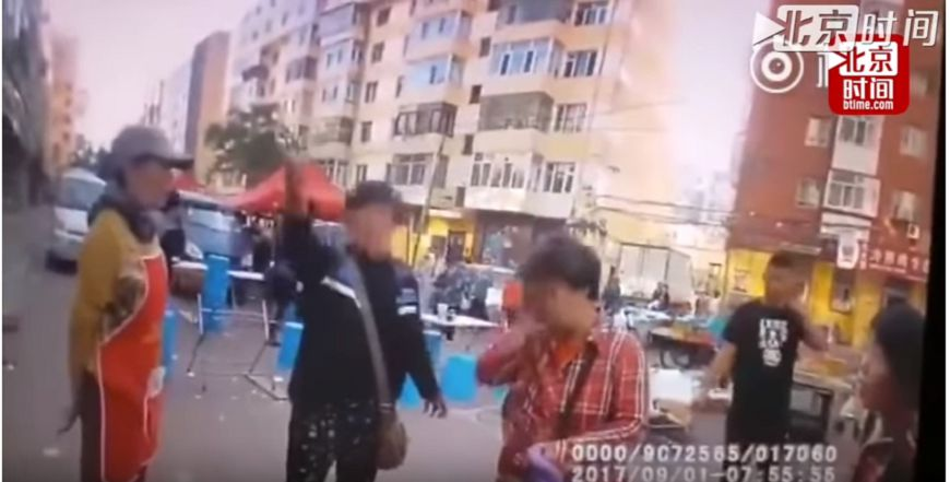 圖/擷取自影片,下同。 影/不能輸!2位大媽吵架 「一起假摔」互告傷害