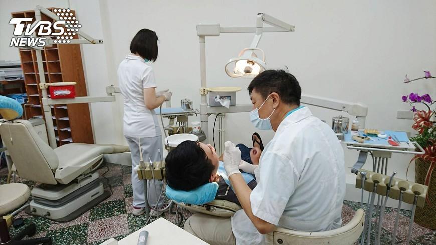 圖/中央社 牙醫猝逝 遺孀捐診所設備給偏鄉醫療站