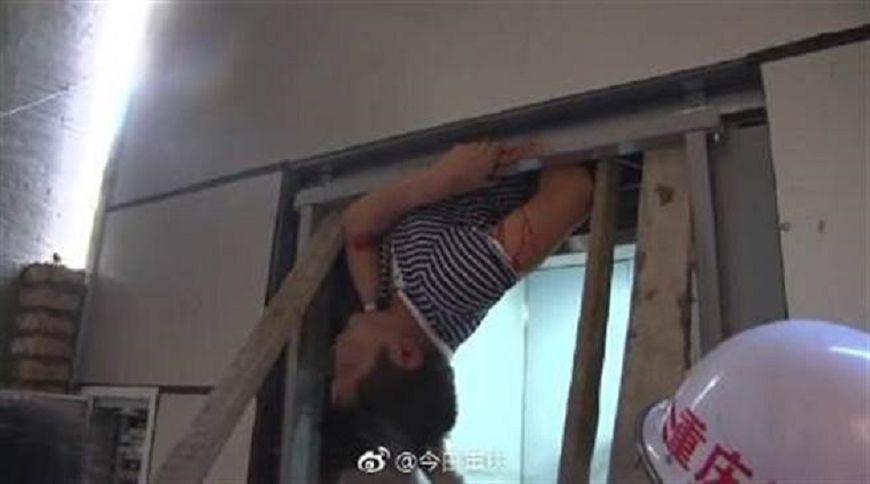 圖/翻攝自微博 又見恐怖吃人電梯 男子倒掛險遭腰斬
