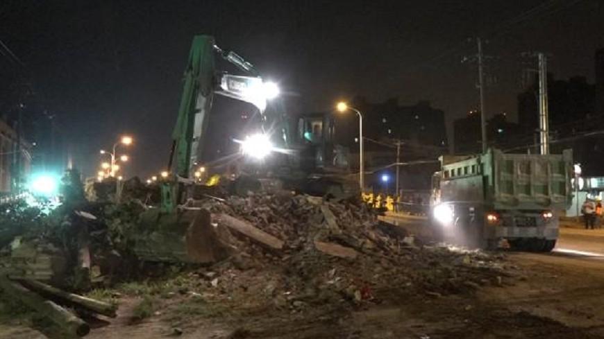 矗立路中14年 上海最牛釘子屋拆了