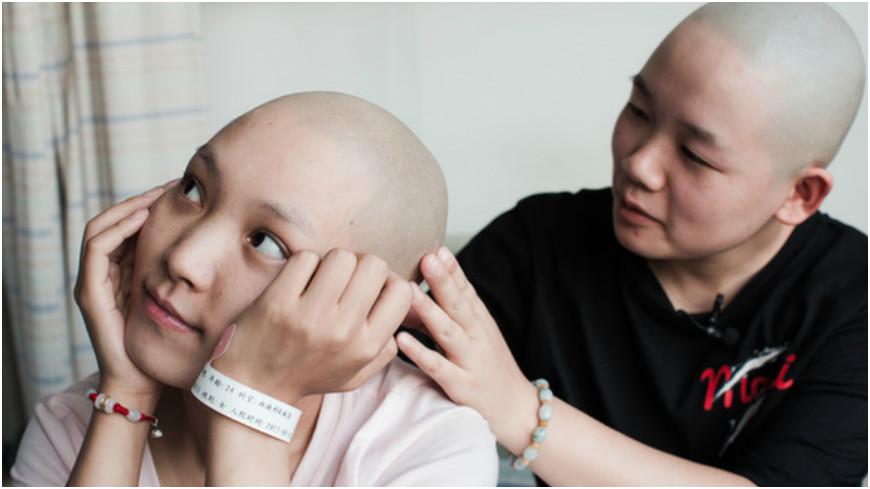 圖/取自《龍華網》百家故事 陪妳走下去…她為閨密剃光頭 花光薪水幫治病
