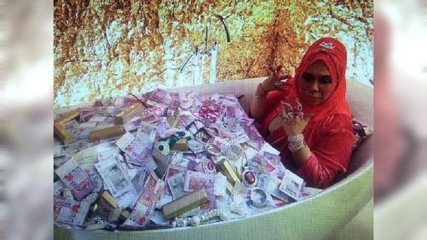 圖/翻攝自新浪 MV洗「珠寶浴」 馬來西亞女富豪被罵翻