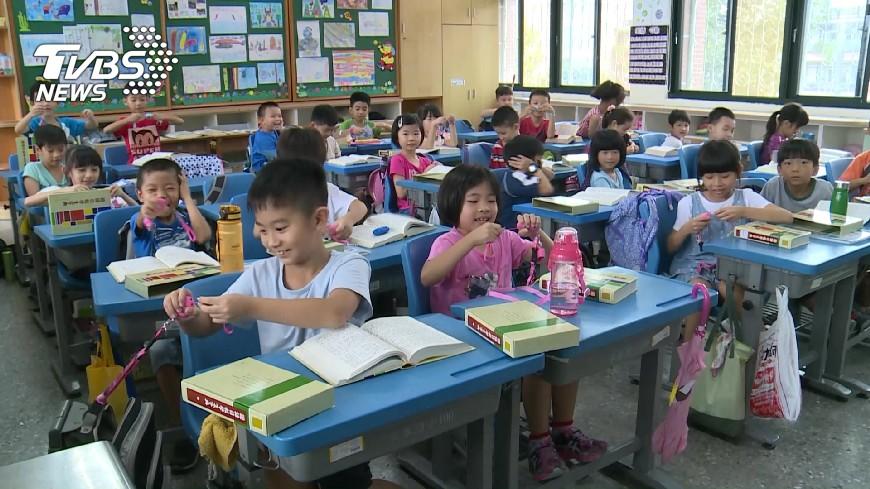桃園市一所國小女老師,竟要求全班選出「最不乖的學生」,直接帶頭霸凌。(示意圖,圖中人物非當事人/TVBS) 要全班票選「最不乖學生」 女師帶頭霸凌排擠