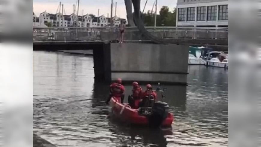 圖/翻攝自《Bristol Post》 男威脅跳河尋支持 圍觀民眾冷淡回應「快跳吧」