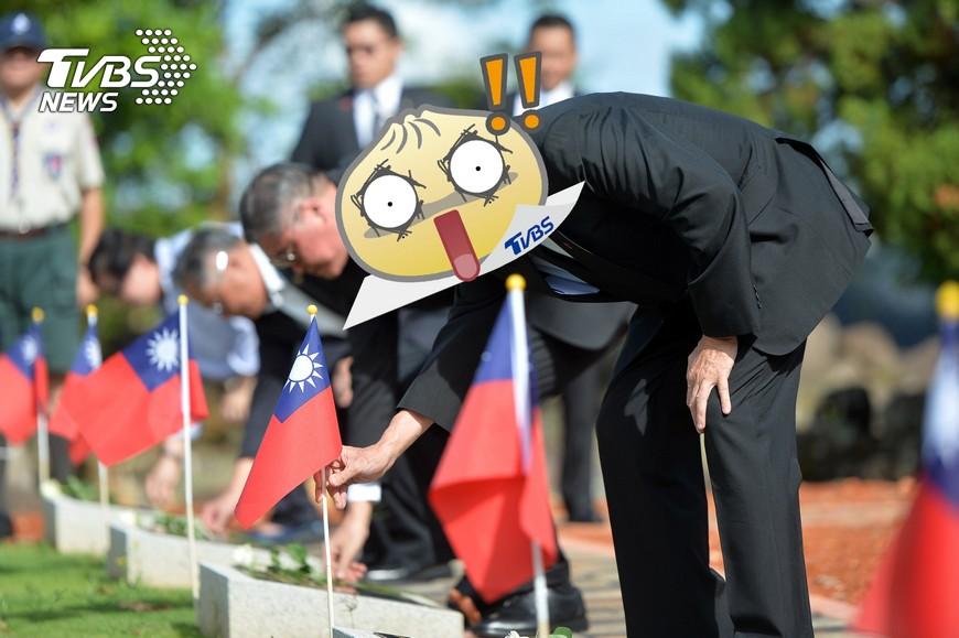 圖/中央社 插國旗向烈士致敬 愛國情操噴發...他哭了