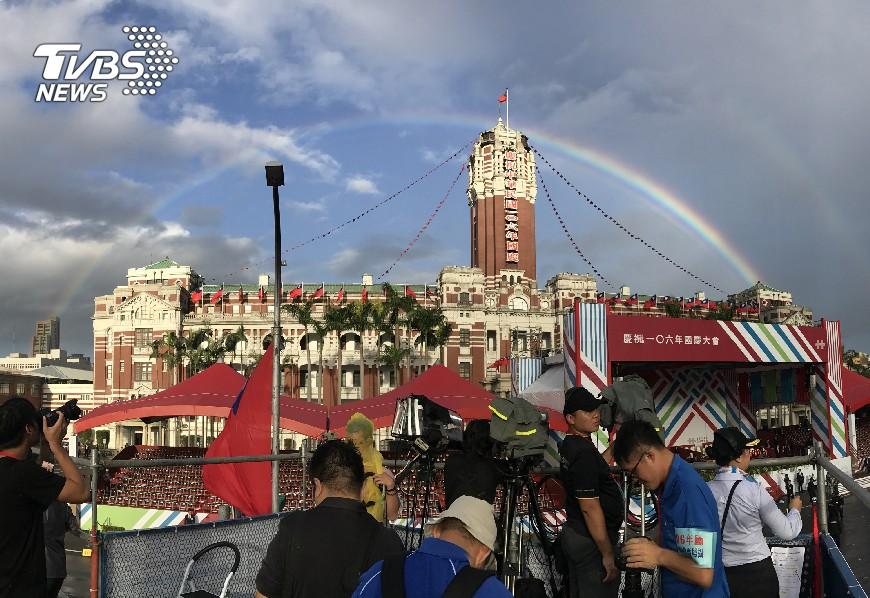 圖/中央社 國慶大會登場 總統府上方出現美麗彩虹