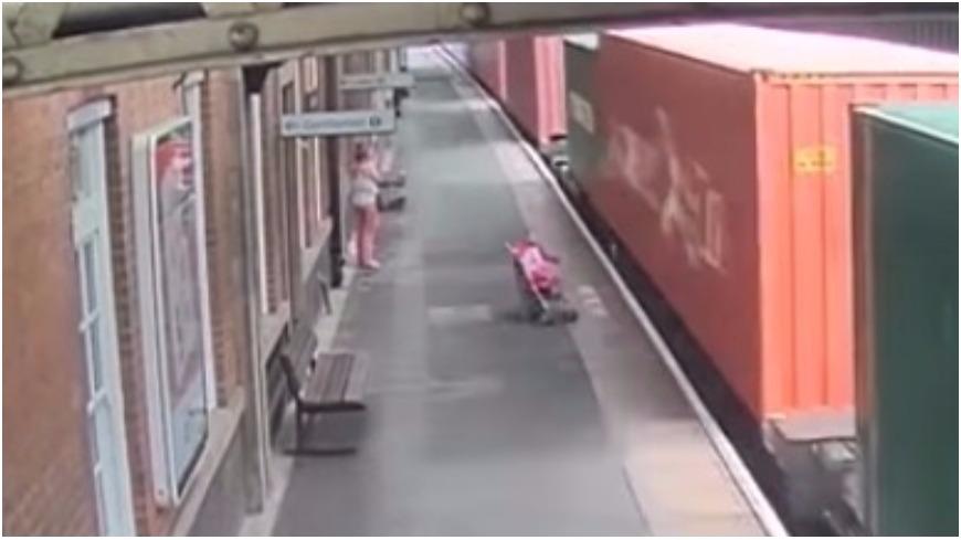 圖/擷取自影片,下同。 影/媽一個閃神…嬰兒車被火車氣流「吸走」分解