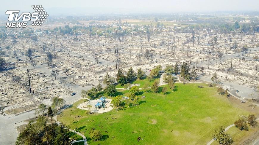 圖/達志影像路透社 美國加州林火  慈濟提供物資助災民