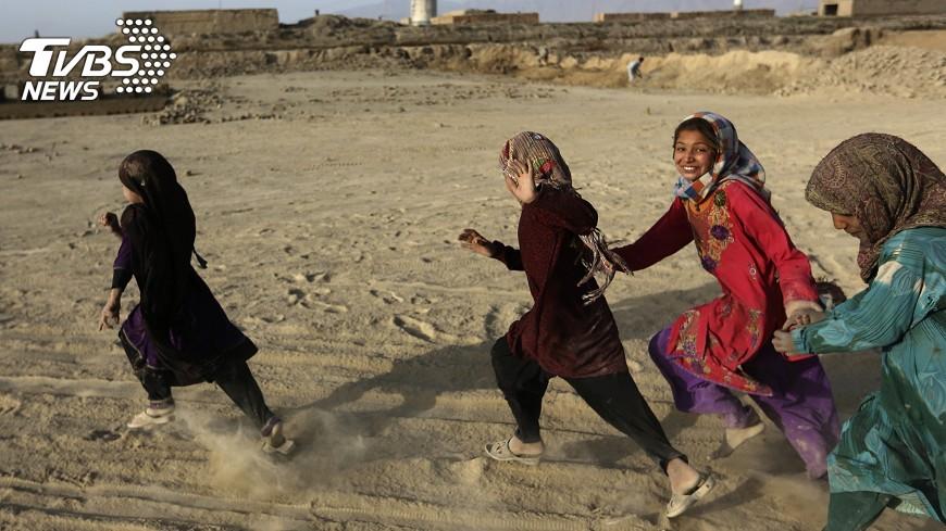 圖/達志影像美聯社 受困於貧窮… 2/3阿富汗女孩無法上學