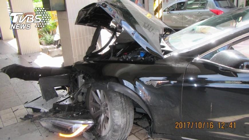 台灣罕見的特斯拉撞毀,修車費高達2百萬。圖/TVBS 300萬特斯拉為閃他撞爛 TIIDA駕駛對話曝光