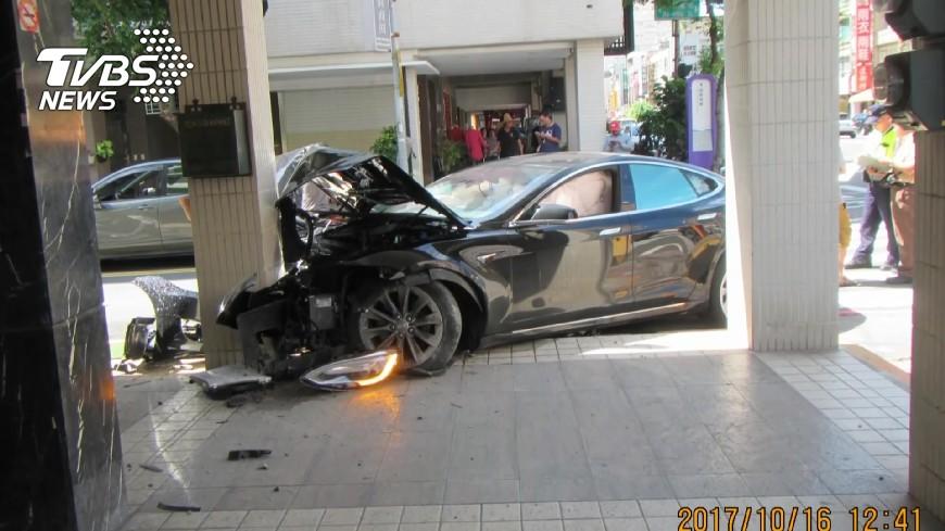 台灣罕見的特斯拉撞毀,修車費高達2百萬。圖/TVBS 3百萬特斯拉撞爛!維修費2百萬…駕駛瞬間垮臉
