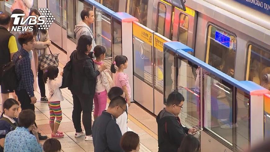 圖/TVBS 快訊/板南線列車故障!上百人下車 擠爆忠孝敦化