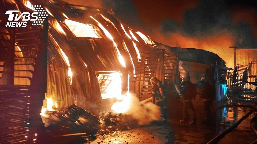 圖/中央社 台南農產品倉庫 暗夜大火燒光光