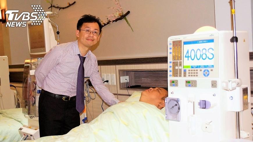 圖/中央社 不忍患者洗腎久候 暖醫開診所視病如親