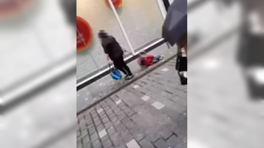 圖/翻攝自YouTube 管教過當?母路邊拖行女兒當狗遛 網友圍剿