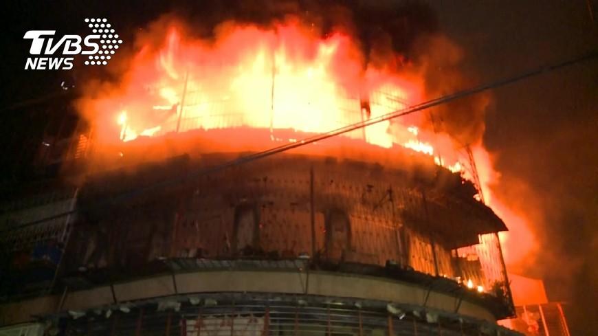 台北市29日凌晨發生公寓大火,初步研判是電線走火,另外鐵窗封死無逃生口也恐是釀成賴家一口4死的原因。(圖/TVBS) 北市公寓大火奪4命 電線起火鐵窗封死阻逃生