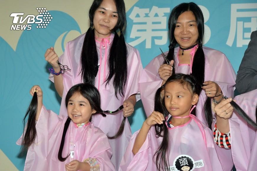 圖/中央社 罹癌掉髮淚崩 她偕女捐髮助更多病友
