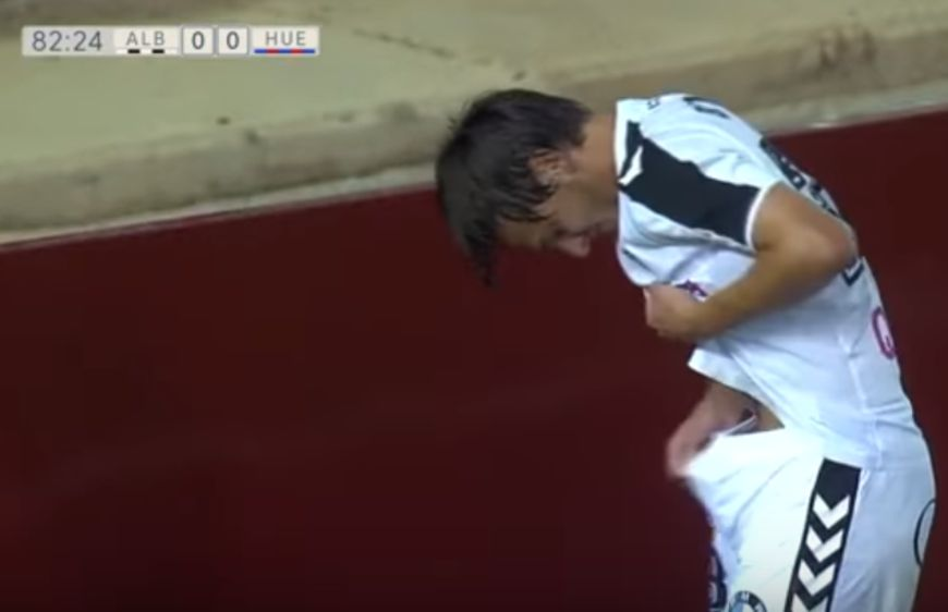 比托洛起身後,趕緊拉開褲頭檢查傷勢。圖/翻攝自youtube