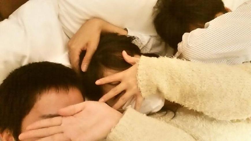 日本一名年輕嫩妹網路上約砲,結果約到2名處男玩3P。(圖/翻攝自網路) 20歲妹約砲找2處男玩3P 自拍分享:我們都第一次