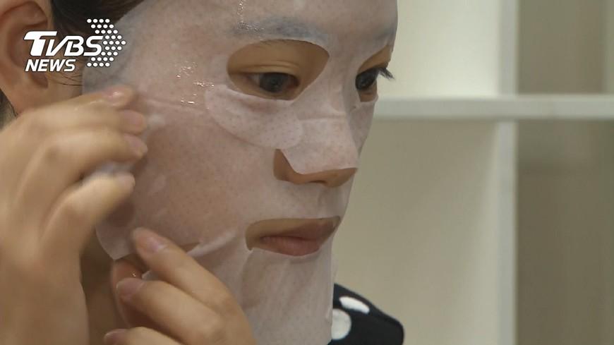 圖/TVBS 週年慶保養品放過期  變質皮膚更差