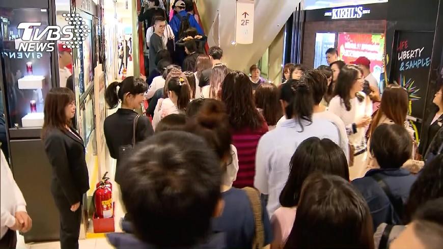 圖/TVBS 天氣轉冷  百貨業服飾業績看增
