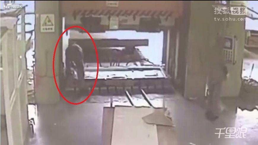 圖/擷取自影片,下同。 影/工人粗心啟動液壓機 同事「對折壓扁」慘死