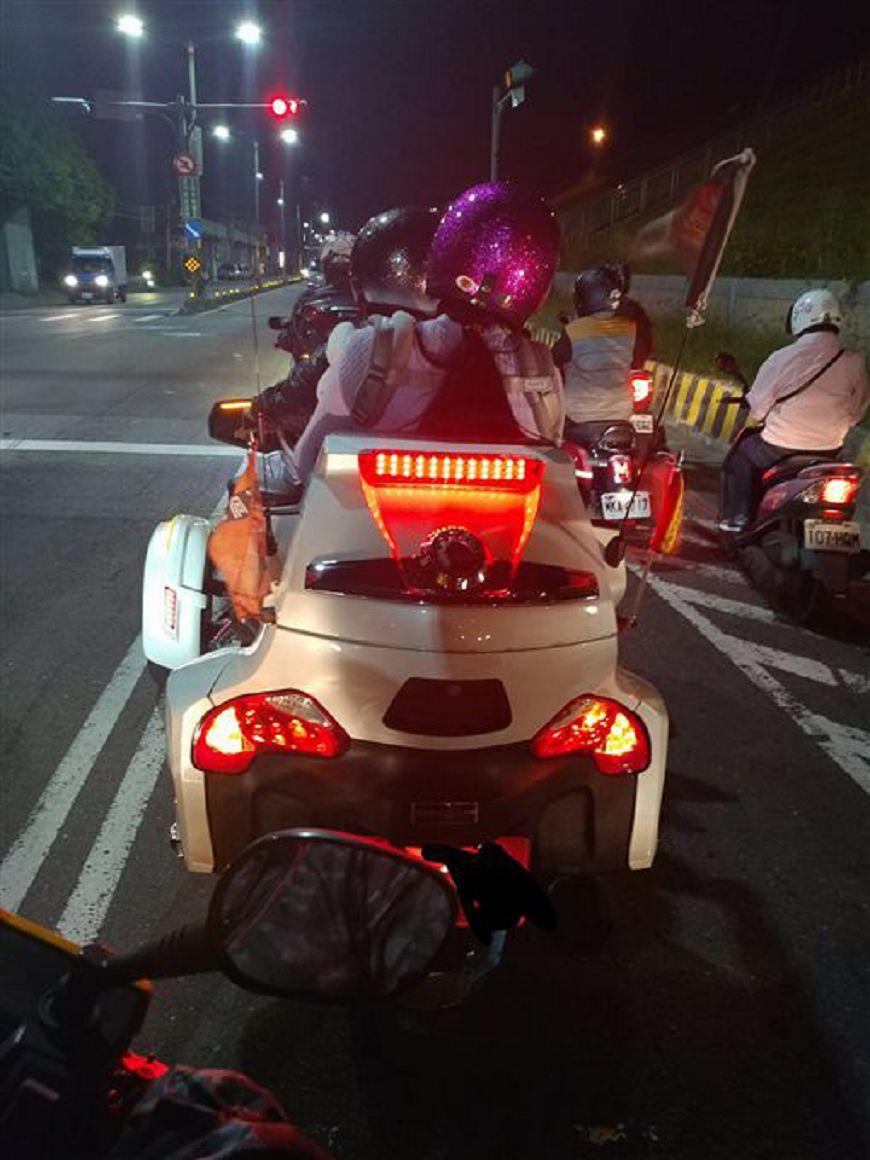 網友拍下劉姓一家三口停等紅燈的最後身影。圖/爆料公社