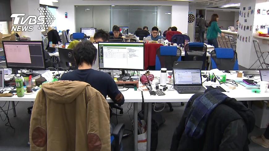 圖/TVBS資料畫面圖、翻攝自台南市政府勞工職訓就服中心網站 政府帶頭壓榨?晚5上到早7 工時竟算「8小時」