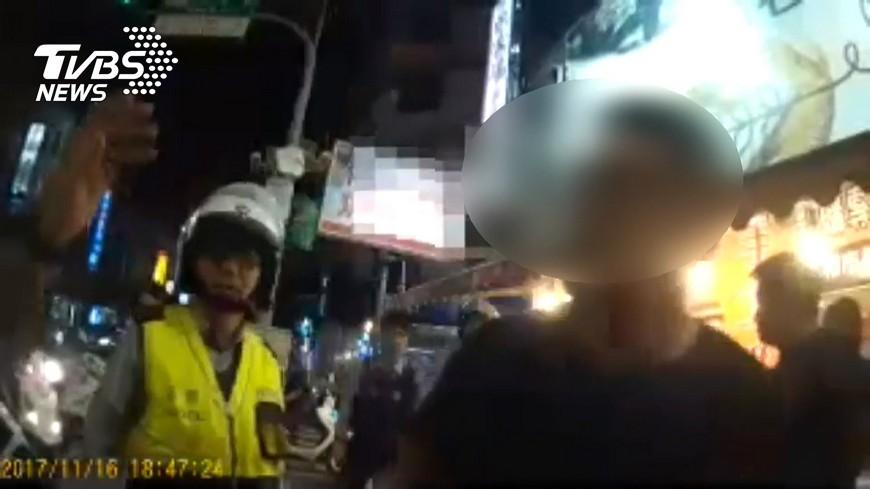 圖/TVBS 醉客危險攔車拒勸 襲警嗆聲被壓制上銬