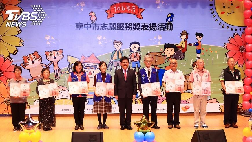 圖/中央社 中市志工逾10萬人 林佳龍表揚績優志工