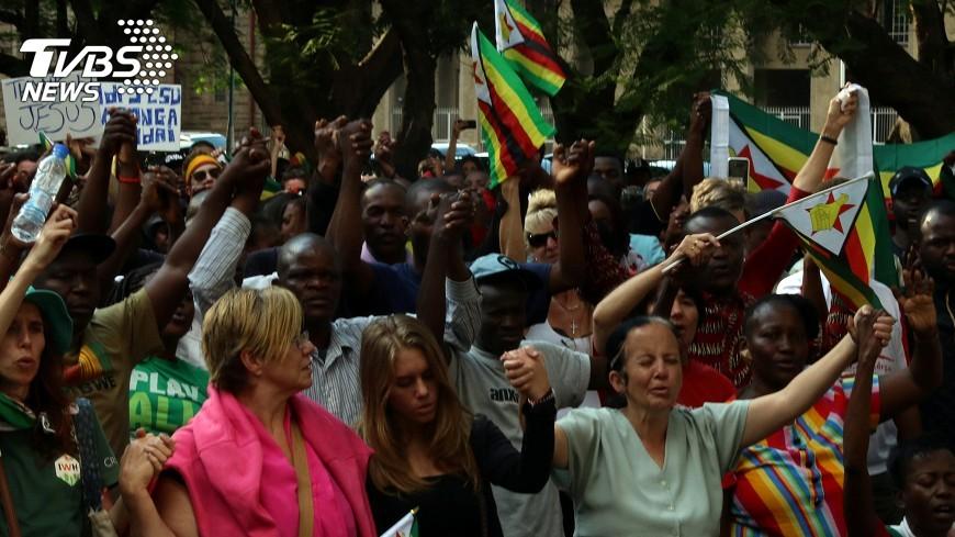 圖/達志影像路透社 要穆加比下台 辛巴威老兵號召舉行示威