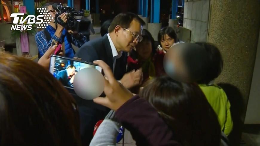 圖/TVBS 署長慰問致哀 行員家屬互相擁抱痛哭
