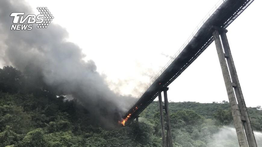 圖/TVBS 快訊/花蓮亞泥廠輸送帶起火! 濃煙飄3公里外