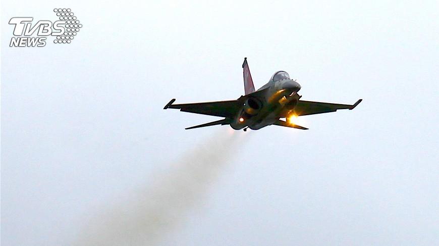 圖/中央社 新竹空軍基地開放 戰機雨中炫技湧人潮