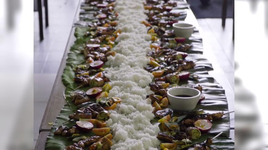 菜擺香蕉葉上!傳統菲律賓手抓飯這樣吃