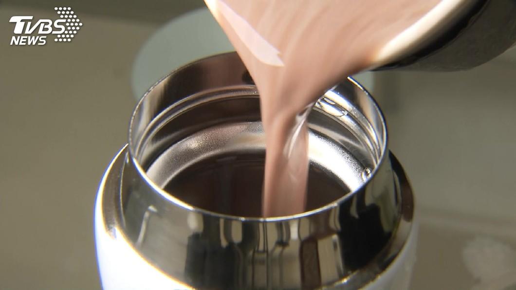 醫師指出,牛奶及高酸度飲料不適合裝進保溫杯內飲用。示意圖/TVBS 有中毒風險! 醫師提醒這些飲料不該裝保溫杯