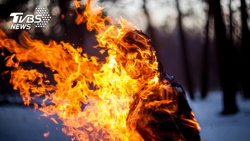 桃園一名少年不滿身障姊常跟她搶零食還壓壞電動車,一氣之下竟然放火燒她。(示意圖/TVBS) 氣身障姊搶零食壓壞電動車 16歲狠弟放火燒她