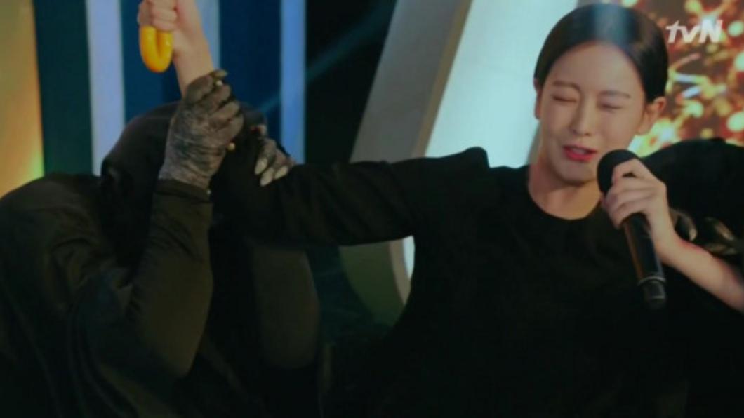 抓住女主角的「鬼」穿著黑衣,能清楚看到袖口。圖/擷取自tvN
