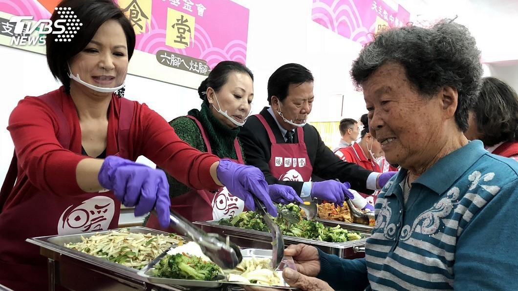 圖/中央社 楊貴媚下廚 盼長輩吃出健康感受溫暖