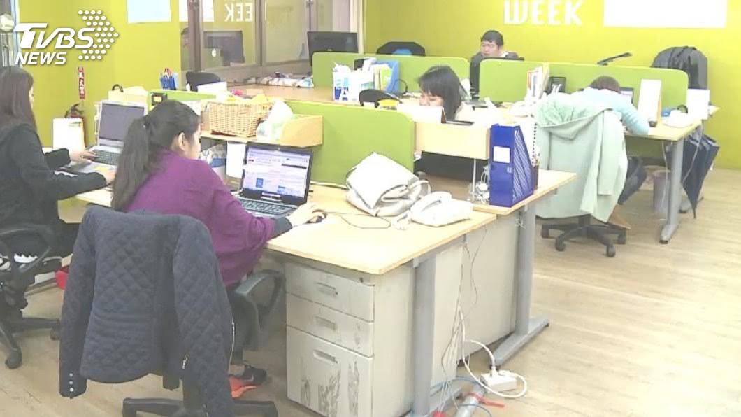 示意圖/TVBS 逾7成勞工自認曾無酬加班 平均月少領4838元