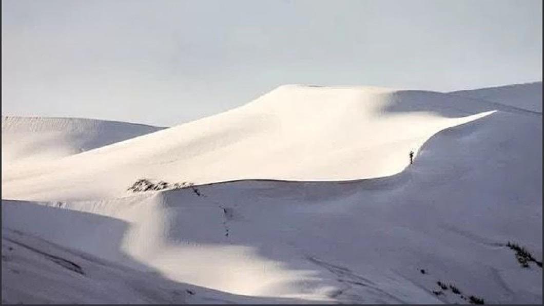 圖/翻攝自推特 OlodoNation.com 天氣瘋了?撒哈拉沙漠連續兩年冬天降雪