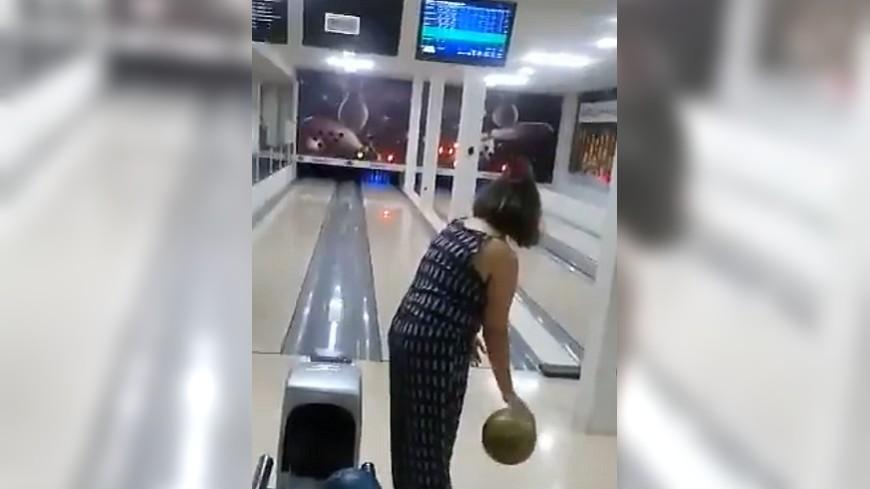 圖/翻攝自 推特 超狂保齡球! 大媽「往上拋」砸爛電視機