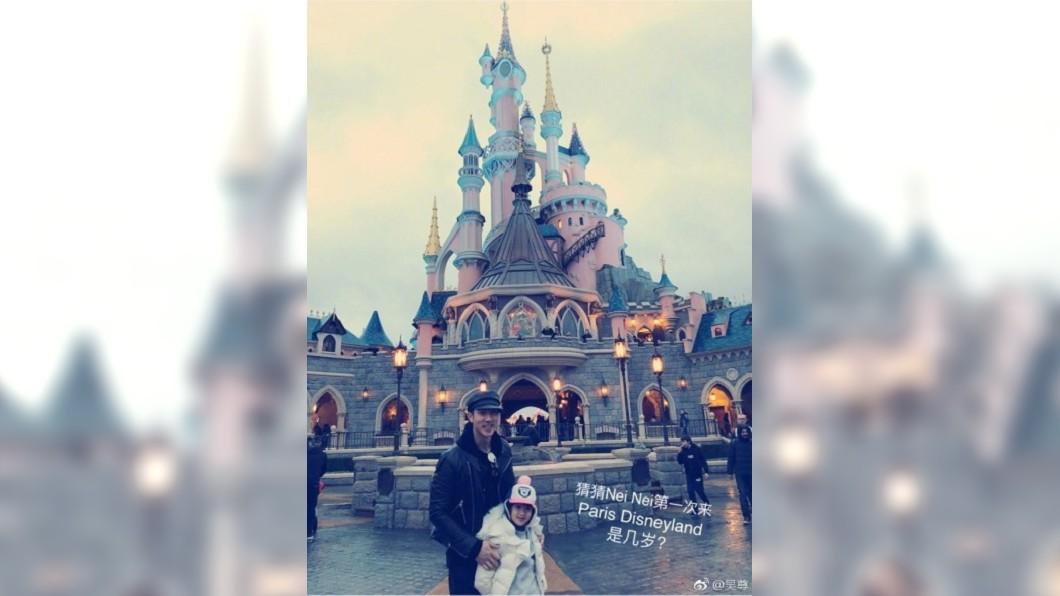(圖/翻攝自吳尊微博) 吳尊帶一家人樂遊巴黎 告白老婆:男人背後最偉大的女人
