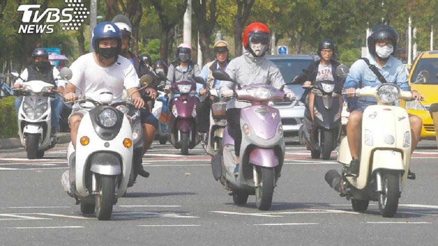 圖/TVBS 抱怨男友有汽車卻愛騎車 公主女友被網友砲轟