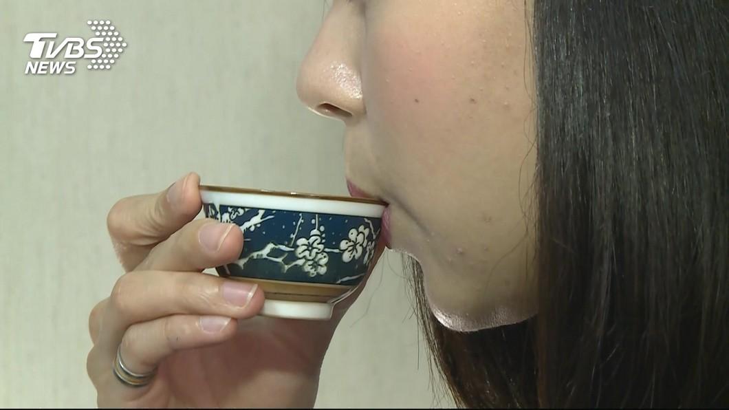 長期以茶代水,小心腎將「結石」以示抗議。 圖/TVBS 還在以茶代水? 長期喝恐增「腎結石」風險