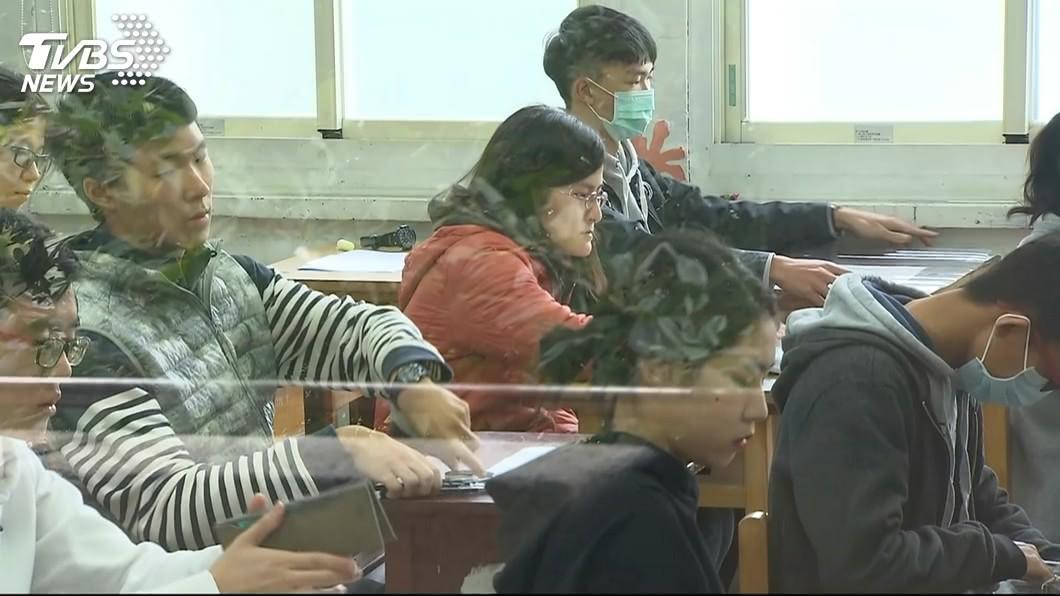 圖/TVBS 學測國文 考生:中間偏易答案就在題目裡