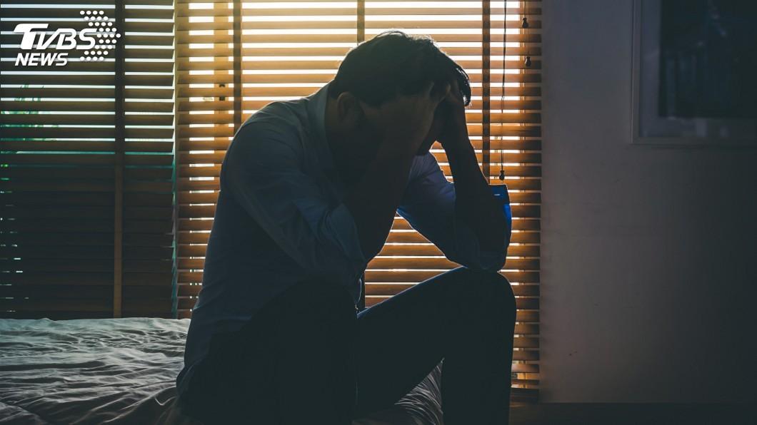 馬來西亞一名85歲馮姓婦人猝死在家中,但獨生子發現後卻沒報警,獨自伴屍4個月。示意圖/TVBS 老母坐在沙發上猝死 憂鬱兒「伴屍4個月」關窗遮屍臭