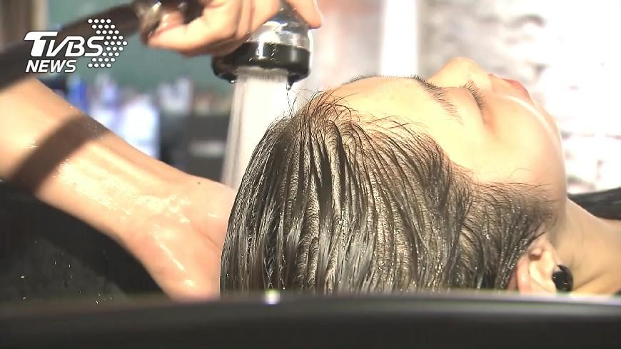 圖/TVBS 噁!客人一週沒洗頭 臭頭洗出「灰黑泡泡」
