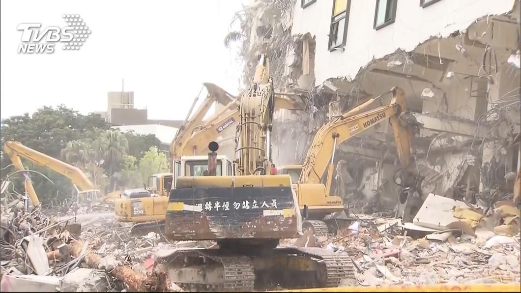 圖/TVBS 撤小機具! 白金雙星改吊「大鋼牙」加速拆